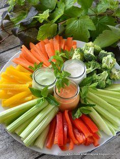 talerz-warzywnych-przekasek-z-trzema-dipami Healthy Finger Foods, Healthy Snacks, Healthy Eating, Maquillage Halloween Simple, Catering Food Displays, Fruit Displays, Raw Food Recipes, Healthy Recipes, Detox Recipes