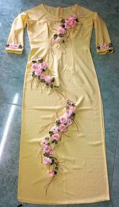 Salwar Neck Designs, Dress Neck Designs, Hand Embroidery Dress, Embroidery Suits Design, Girls Fashion Clothes, Women's Fashion Dresses, Clothes For Women, Stylish Dresses For Girls, Stylish Dress Designs