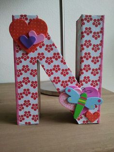 DIY: decorate a cardboard letter (cardboard letter from Xenos, foam hearts from Hema, paper from Tiger, wooden libelle from Action).
