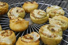 Dinkel-Pesto-Schnecken sind kleine, herzhafte Snacks mit Pesto und Parmesan. Sie schmecken wunderbar als Beilage zum Grillen, zu Salaten oder Suppen.