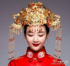 Traditional Chinese wedding dress [Credit: SinaWeibo/重启的雪球]