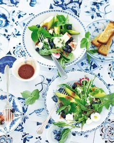 Wildkräutersalat mit Blaubeer-Vinaigrette