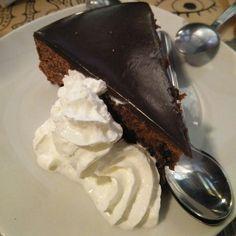 ¿Os apetece una tarta de chocolate? Os recomendamos la de Hamburguesería Heroísmo #zaragoza #zaragozaguia #zgzguia #regalazaragoza #zaragozapaseando #zaragozaturismo #zaragozadestino #miziudad #zaragozeando #mantisgram #magicaragon #loves_zaragoza #loves_aragon #igerszaragoza #igerszgz #igersaragon #instazgz #instamaños #laotrazaragoza #otrazaragoza #zaragozaciudadana #madeinzgz #otrazaragoza