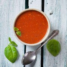 Geroosterde tomatensoep, uit het kookboek 'Lekker & licht'. Kijk voor de bereidingswijze op okokorecepten.nl.