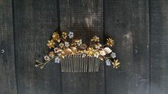 Grzebyk wykonany został z wysokiej jakości koralików, kwiatów i liści. Z najwyższą dbałością o szczegóły.  Grzebyk wykonywany jest na indywidualne zamówienie, może nieznacznie odbiegać...