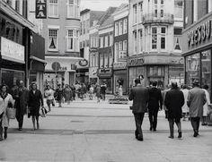 Arnhem Het Land van de Markt in 1969. De fotograaf staat in de Ketelstraat. Linksaf de Bovenbeekstraat, rechtsaf de splitsing met de Beekstraat en de Koningstraat