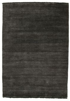 Ces tapis sont fabriqués en Bhadohi, Inde. La laine utilisée est souple et de bonne qualité, ce qui donne tout naturellement des tapis souples et confortables.