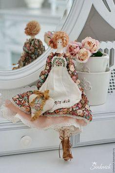 Купить или заказать Карэн в интернет-магазине на Ярмарке Мастеров. Карэн - яркая, немножко осенняя куколка. Рыжие волосы украшают малюсенькие бумажные розы, фартучек украшен вышивкой крестиком и рококо, в сердечке-подвеске - ароматные травы. Резерв...