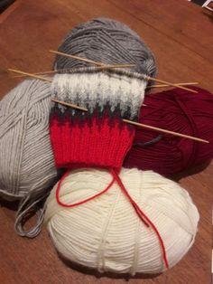 Novitan ohjeella pitkävartiset villasukat jouluksi Sock Knitting, Wool Socks, Knitted Hats, Winter Hats, Crochet, Pattern, Diy, Knit Socks, Bricolage
