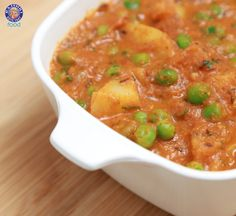 Learn how to make Aloo Mutter at home which is a popular Indian main course gravy dish. Aloo Mutter is the most commonly served Indian recipe in meals. Vegan Vegetarian, Vegetarian Recipes, Cooking Recipes, Potato And Pea Curry, Curry In A Hurry, Indian Food Recipes, Ethnic Recipes, Gravy, Easy Meals