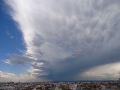 La tormenta que originó un pequeño mesociclón, que es la misma que originó los mammatus de la foto de más arriba, vista desde Valencia en casi todo su desarrollo.