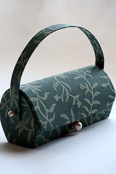 a serene life Unique Handbags, Handmade Handbags, Cardboard Paper, Cardboard Crafts, Candy Wrapper Purse, Paper Purse, Sewing Courses, Diy Purse, Shoe Pattern