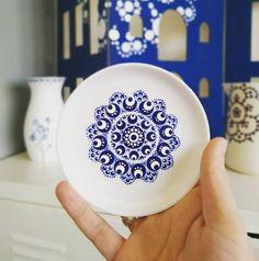Vandaag een besloten workshop met dames uit...(raad u maar) Hand Painted Pottery, Painted Mugs, Painted Plates, Mandala Painting, Dot Painting, Stone Painting, Pottery Painting Designs, Paint Designs, Mandala Dots