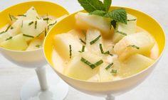 Eva Arguiñano prepara una receta de melón al vodka con helado de limón, zumo de naranja y menta picada, un postre ideal para el verano.