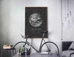 Vous avez une fascination de la terre et l'espace. Qui ne fonctionne pas?  Cette affiche imprimable de planète terre avec les mots Français «La Terre», écrit dessous capte cette curiosité sous forme minimaliste.  Vous pouvez accrocher cette affiche imprimable dans votre salon et accueillir le sujet de conversation lors de soirées.  Vous pouvez imprimer petit et envoyer une carte postale à un ami. Tant de possibilités!  Quête d'all star gazers, demandeurs de cosmos, esprits curieux…