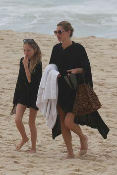 Kate Moss começa o dia curtindo a praia no Arpoador com a filha no Rio
