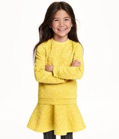Langærmet, mønstret trøje i sweatshirtkvalitet. Ribkant ved håndleddene og forneden.