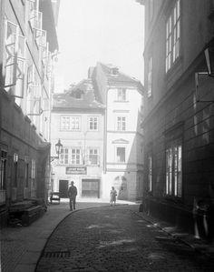 Prokopská ulice (280) • Praha, červenec 1959 • | černobílá fotografie, Malá strana, protisvětlo, světlo a stín, okna |•|black and white photograph, Prague|