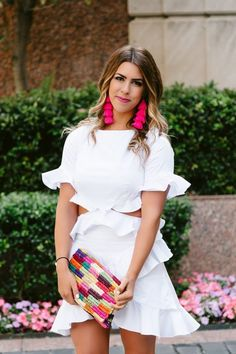 White ruffle dress, pink tassel earrings, colorful clutch Source by maureenjordan white Tassel Earrings Outfit, Spring Summer Fashion, Spring Outfits, Spring Dresses, Spring Break, Outfit Vestidos, White Ruffle Dress, Brunch Outfit, Plus Size Jeans