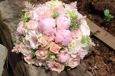 Ružová svadobná kytica z pivoniek, ruží, astilbe a kamiliek
