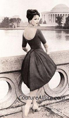 Fashion Was Heavily Influenced By WWII Jo Copeland Photographie de mode vintage de femmes photo photo Moda Vintage, Vintage Vogue, Vintage Glamour, Vintage Ladies, 50s Vintage, Divas, Fifties Fashion, Retro Fashion, Fashion Vintage