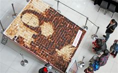 A Mona Lisa portrait made out of 700 pieces of bread has gone on display in a shopping mall in Tianjin Municipality, China