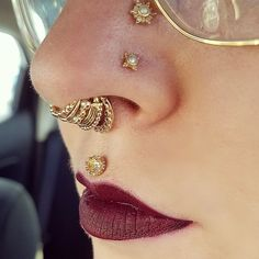 Anna Mickel ( op All Leticia Bustos and a combination of champagne diamonds … - piercing Style High Nostril Piercing, Spiderbite Piercings, Nostril Ring, Lip Piercing, Piercing Tattoo, Nose Ring Jewelry, Nose Piercing Jewelry, Jewellery, Champagne Diamond