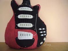 """Šitá kytara na objednávku Autorská dekorace inspirovaná kytarou Briana Maye.Tento typ kytary vznikl na popud jedné z fanynek skupiny Queen. :-) Kytara na fotografiích již svého majitele má, ale mohu ji ušít znovu s tím, že bude mít trošičku jiné """"ladící kolíčky"""" na hlavě kytary, došel materiál. :-) Kytara měří něco málo přes jeden metr. Vytvořím ji do jednoho ..."""