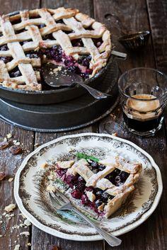 Ingredience: mouka 280 gramů (hladká), máslo 180 gramů (pokojové teploty), cukr krupice 80 gramů, vejce 1 kus, čokoláda 50 gramů (nastrouhaná), ostružiny 300 gramů, med 1 lžíce. Food Hacks, Food Tips, Sweet Desserts, Blueberry, Cheesecake, Food And Drink, Pie, Sweets, Bread