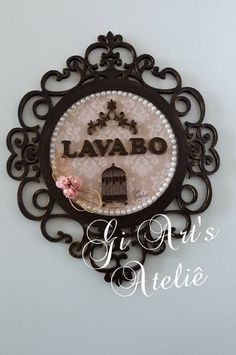 Quadro Oval em Mdf com forração de papel scrap, aplicação de recortes em mdf e flores artificiais, e mini pérolas.    Placa Lavabo    Pode ser feita em outra cor... Wooden Crafts, Diy And Crafts, Cuadros Diy, Decoupage Vintage, Diy Pins, Monogram Frame, Baby Party, Baby Patterns, Holidays And Events