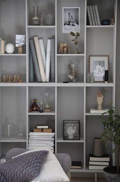 Diy Home : IKEA-hack: Förvandla bokhyllan Valje till en stillebenhylla. Ikea Bookcase, Bookshelves, Bookshelf Ideas, Bookshelf Inspiration, Home Interior, Interior Decorating, Interior Design, Ikea Eket, Billy Ikea