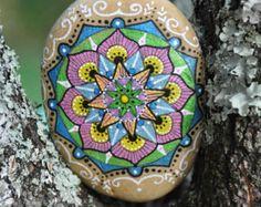 Galet peint à la main - Mandala bleu, rose, vert, jaune irisés / Hand painted pebble - blue, pink, green and yellow iridescent mandala - Modifier une fiche produit - Etsy