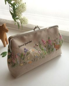 Purse - embroidery on linen Embroidery Purse, Silk Ribbon Embroidery, Cross Stitch Embroidery, Embroidery Patterns, Frame Purse, Linens And Lace, Handmade Bags, Sewing Crafts, Purses