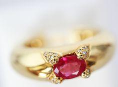 Bague Or jaune 750°/°° sertie d'un Rubis ovale montage griffes rehausser sur celle ci  de diamants en pavage. Montage sobre et élégant