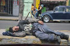 """Una vida brava. En este barrio nombran a este tipo de vagabundos como """"Teporochos"""" personas enfermas por la adicción a alguna sustancia, por lo que se vuelven vagabundos."""