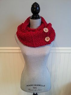 There is an unique infinity scarf, to wrap twice around the neck. Infinity scarves are the perfect and ideal accessory for any outfit, warm and comfortable! It's made with red acrylic yarn. Sister Gifts, Best Friend Gifts, Mother Gifts, Red Scarves, Crochet Scarves, Babysitter Gifts, Aluminum Wire Jewelry, Crochet Winter, Cowl Scarf