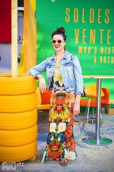 RIOetc   Sua majestade real   Alto astral transparece no look. Estampa floral no vestido super colorido, jaqueta jeans e óculos escuros.
