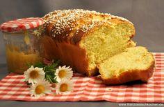 La brioche de Clément: 500 g Mehl, 60 g Zucker, 60 g Butter, 1 Ei, 250 ml lauwarme Milch, 1/2 Tl Salz, 1 Pck Hefe + 1 Eigelb und 4 EL Hagelzucker     1 Mehl, Zucker, Hefe verühren  -  2 Milch leicht erwärmen und erst 1 Ei, dann Butter (kleine Stücke) + TL Salz zugeben. Alles mit dem Mehl gut verrühren    3 1 Stunde gehen lassen    4 durchkneten und in die Backform packen und wieder 1 Stunde gehen lassen   5 mit Eigelb + Hagelzucker dekorieren. 35-40 Minuten bei 150°C backen