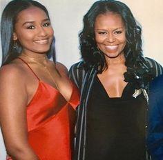 Sasha looks jus like her mom. Barack Obama Family, Malia Obama, Obamas Family, Michelle Obama Fashion, Michelle And Barack Obama, Obama Daughter, First Daughter, Black Presidents, American Presidents