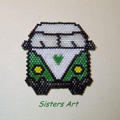 """Calamita """"Furgoncino VW anni 60"""" realizzata con perline delica, by Sisters Art, in vendita su http://www.misshobby.com/it/negozi/sisters-art"""