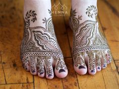 Some Moroccan style feet I did last year. I love the opportunity to do different styles! Book now for 2016-2017 California and Mexico weddings! hennaloungesf@gmail.com 1 (415) 215 6901 Web: www.hennalounge.com Henna Supplies: www.hennaguru.com  Darcy Vasudev/Henna Lounge. Repost with permission only. #henna #mehndi #desiwedding #gorimehndiwali #oakland #bayareahenna #hennaloungemexico #naturalhenna  #cabohenna  #mehndimexico #mexicohenna #mehndirivieramaya #organichennamexico #beachhenna…