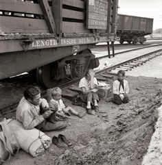 August 1939 agricultural migrants, a family who traveled by freight train to Toppenish in the Yakima Valley of Washington State. Nitrate negative by Dorothea Lange for the Farm Security Administration. Walker Evans, Photos Du, Old Photos, Rare Photos, Dorothea Lange Photography, Shorpy Historical Photos, Historical Pictures, Yakima Valley, Dust Bowl