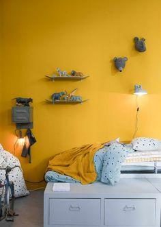 mur peint en ocre jaune rehaussé par un mobilier vintage aux nuances du gris, chambre enfant vintage