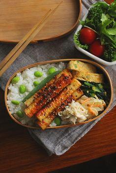 白米ちくわの照り焼きささみの葱山葵和え青葱入り卵焼き小松菜のピーナッツ和え蓮根と人参の柚子胡椒マヨ和え茹で枝豆サラダ今日は「ちくわの照り焼き」が主役のお弁当。極々フツーの甘辛味です。でもちくわは照り焼きよりも磯辺揚げや天ぷらのように揚げた方