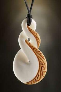 Twist Maori Symbol Anhänger aus Knochen. Es beschreibt die unendliche Stärke einer Bindung und steht als Zeichen der immerwährenden Liebe zueinander.