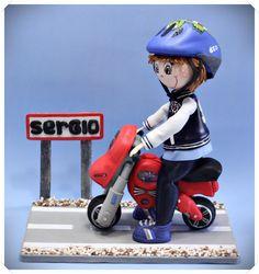 Fofucha con moto, casco y peana decorada con nombre. Toda su ropa y calzado personalizado en goma eva.  http://www.xeitosas.com/