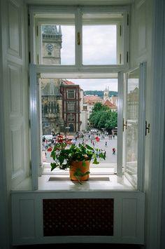 вопрос 5. очень люблю крыши и небольшие строения и еще я бы сидела на таком подоконнике с книжкой утром, или смотрела на вечерний город. люблю подоконники, на которых можно посидеть и есть куда спину облокотить