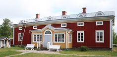 Ostrobothnian house in Sulva village in Mustasaari parish | Pohjalainen kuisti Sulvan kylässä Mustasaaressa. German Houses, Wooden Buildings, Swedish House, Red Houses, Scandinavian Home, Wooden House, Log Homes, Building A House, Sweden