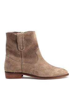 Suede boots: PREMIUM QUALITY. Suede ankle boots with a loop at the sides with decorative seams, cotton twill insoles and rubber soles. Heel 2.5 cm.