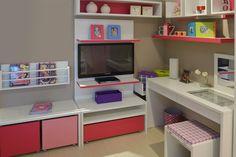 Para quarto de uma adolescente: Painel para T.V.  rack com gavetão e com caixetas em rosa, prateleira para Livros